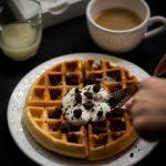 Waffle con crumble di cacao e coulis di pere