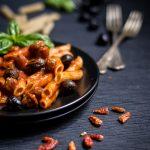 Penne con sugo di salsiccia e olive