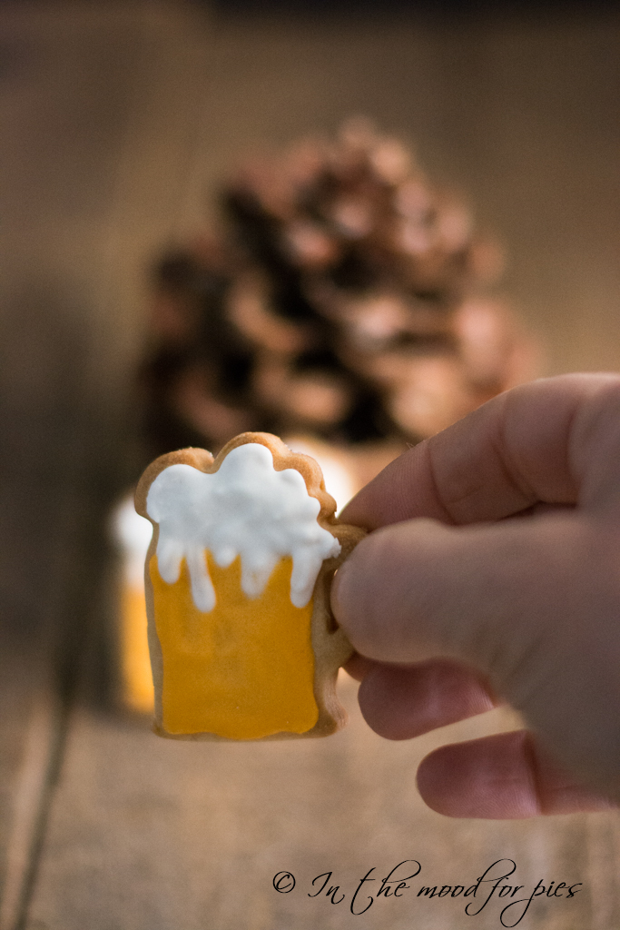 boccale di birra con mano